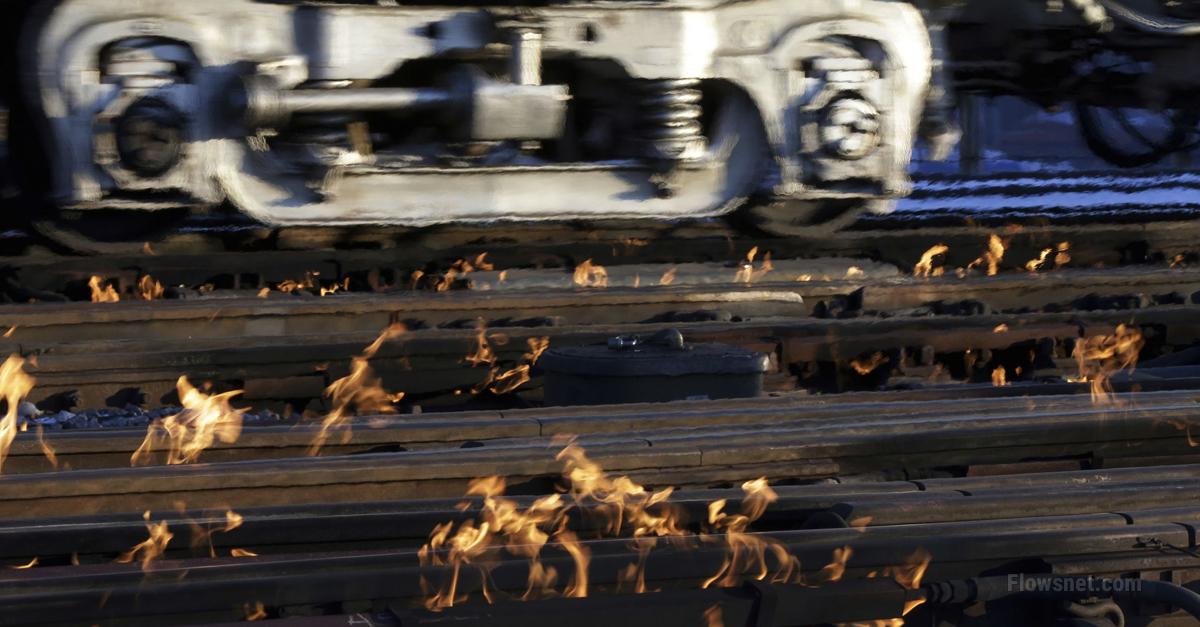 Čikāgā ir tik auksts, ka dzelzceļnieki dedzina vilciena sliedes