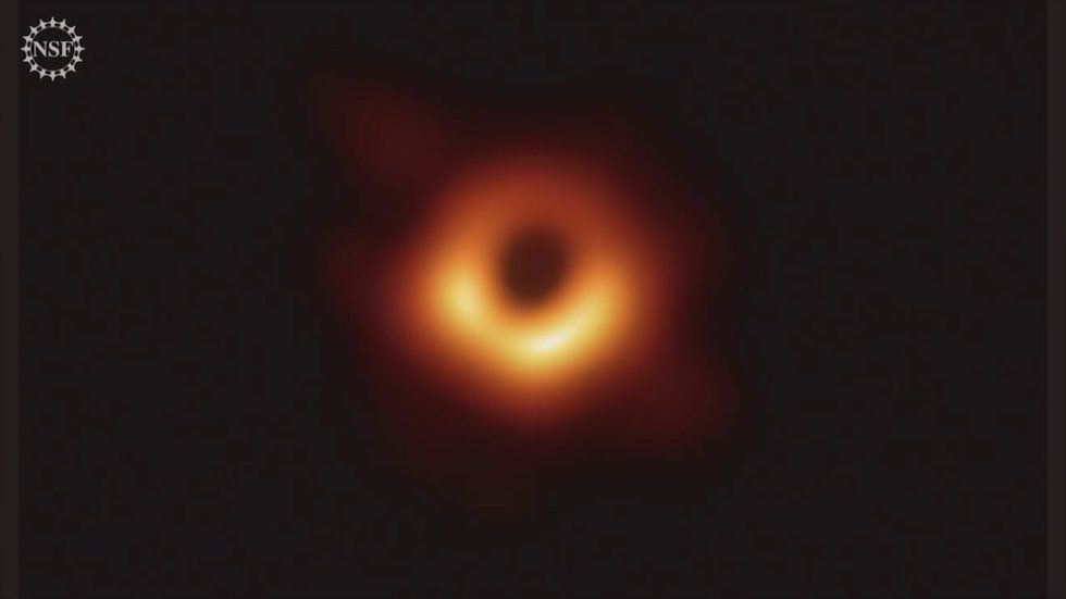 Astronomi pirmo reizi pasaules vēsturē nofotografējuši melno caurumu