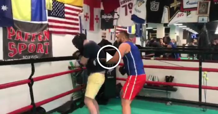 VIDEO: Endziņš gatavojas boksa mačam ar Kiviču un tiek piekauts
