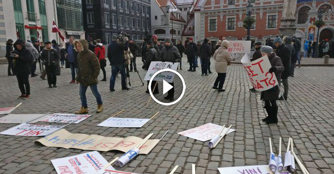 Video: Rātslaukumā piketē pret bedrainajām Rīgas ielām un rosina atlaist domi